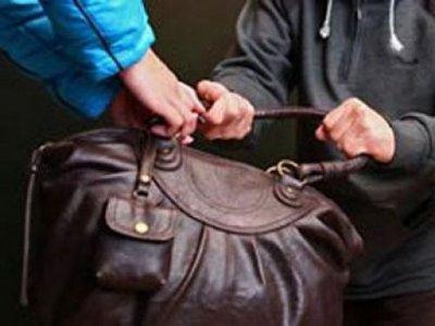 Деньги на пересдачу экзамена студент решил найти в сумке прохожей