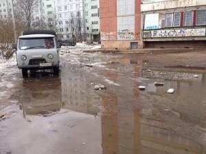 По своим дворам жители улицы Рыленкова могли передвигаться только вплавь