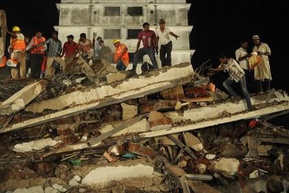 При обрушении дома в Индии погибли 27 человек