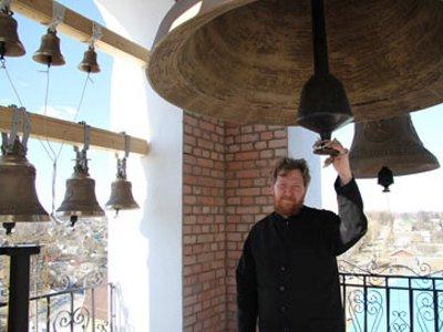 На возрождаемый в Рославле храм водрузили последний недостающий колокол