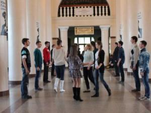 На вокзале устроили генеральную репетицию первого смоленского бала