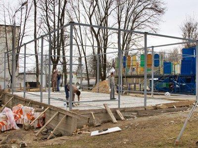 В Лопатинском саду рядом с аттракционом «Сюрприз» начали строить кафе