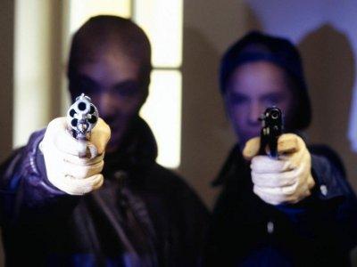Двое в масках и с оружием напали на жительницу Сафонова