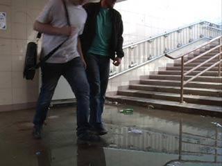Смолянам приходится перепрыгивать лужи в подземном переходе на площади Победы