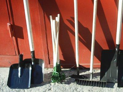 Смолянам разрешили растаскивать грабли и лопаты с субботников