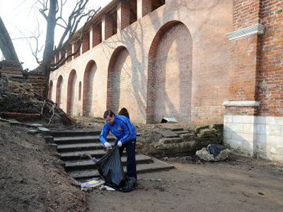 Островский чистил от мусора Лопатинский сад
