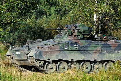 На учениях бундесвера сержанта переехала БМП