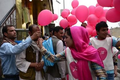 «Талибан» осудил бесплатную раздачу розовых шариков
