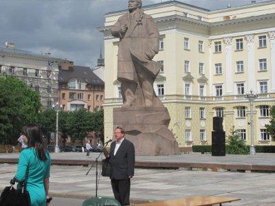 У памятника Ленину смоленские поэты весь день читали стихи