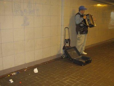 Новая «подземка» стала центром культурной жизни, несмотря на мусор и граффити