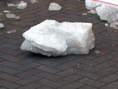 По факту гибели женщины от упавшей льдины завели уголовное дело