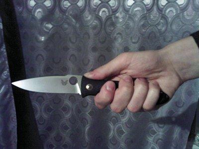 Препятствуя выселению сожительницы, мужчина напал на приставов с ножом