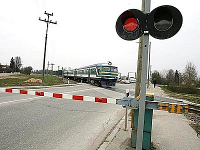 Не успев проскочить перед поездом, водитель «шестерки» разбился насмерть