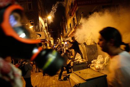 Протестующие в Турции подожгли офис правящей партии