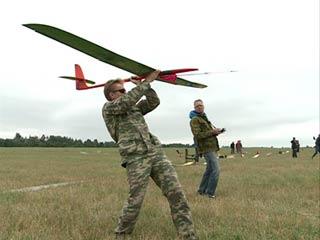 Смоленские авиамоделисты запустили в воздух планеры