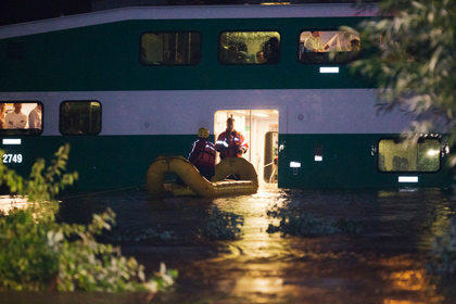 В Торонто из затопленного поезда эвакуировали сотни пассажиров