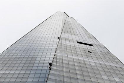 Активисты «Гринписа» забрались на самый высокий небоскреб Евросоюза