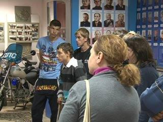Ребята из смоленского центра «Вишенки» поздравили сотрудников ГИБДД