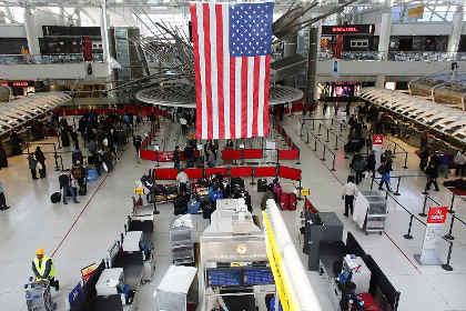 В аэропорту Нью-Йорка двое таможенников пострадали от фосфорной кислоты
