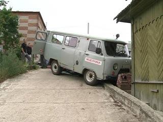 В Смоленске машина скорой помощи снесла забор жилого дома