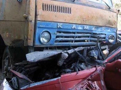 Выезжая с автостоянки, КамАЗ раздавил легковушку