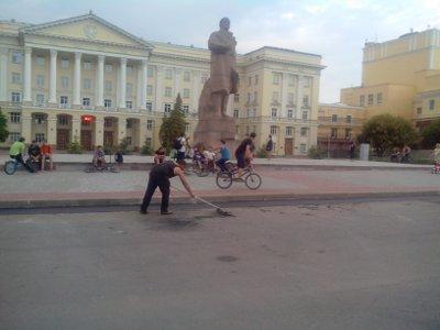 Уложенную брусчатку вокруг памятника Ленину облюбовали велосипедисты