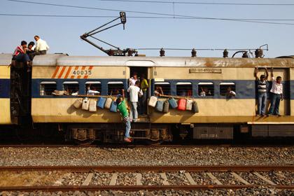 В Индии поезд врезался в группу паломников
