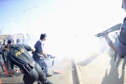 Протестующих в ЮАР разогнали резиновыми пулями