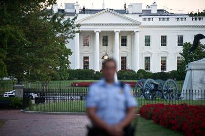 Резиденцию президента США закидали хлопушками