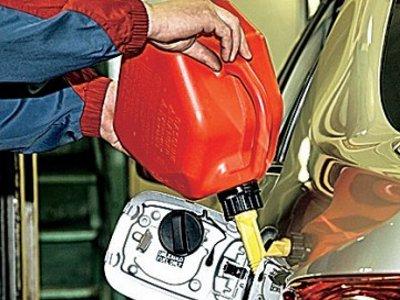 Серийных угонщиков поймали при попытке залить бензин в очередное авто