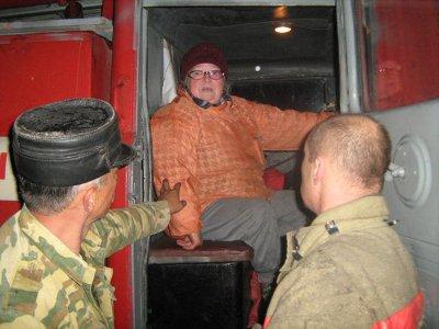 Заблудившуюся в лесу старушку доставили в больницу на пожарной машине