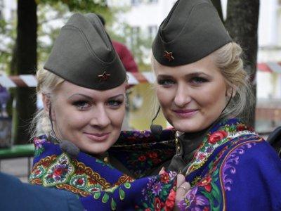 Финалистки конкурса «Мисс полиция» исполнили для смолян военное попурри