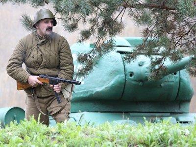 Во дворе военного музея разыграли схватку советских солдат с фашистами