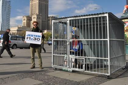 Сторонники Greenpeace установили в Варшаве клетку