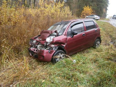 Автоледи травмировалась и покорежила свой «Дэу Матиз», врезавшись в «Волгу»