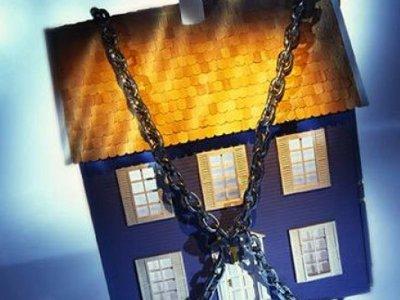 За ипотечные долги у смолянина отобрали дом и землю