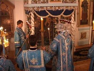 Смоленский епископ Исидор благословил вязьмичей с борта самолета