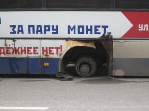Возле «Линии» отвалившееся от автобуса колесо загнало встречный УАЗ в кювет