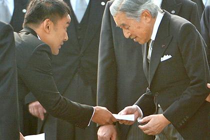 Японского депутата наказали за личное обращение к императору