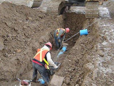 В Красном рабочего, прокладывавшего канализацию, засыпало землей