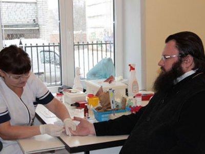 Священники во главе с епископом Исидором посетили центр крови в качестве доноров