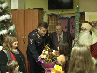 Смоленских ребят из детдома «Гнездышко» с Новым годом поздравил Дед Мороз в форме и погонах