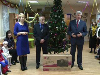 Депутат Смолоблдумы преподнес подарки детям из центра «Исток»