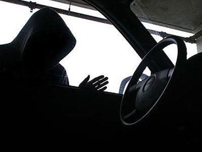 Преступники выпрыгивали на ходу из угнанной машины, убегая от полиции