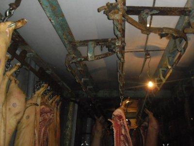 На рославльском мясокомбинате колбасу делали с нарушениями санитарии