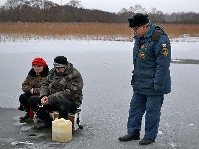 Рыбакам и жителям прибрежных зон рассказали, как не провалиться под лед