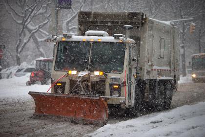 В Нью-Йорке снегоуборочная машина задавила беременную женщину