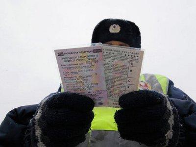 Лишенный прав водитель попался на езде по чужому удостоверению