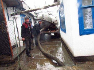 Улицу в Вязьме залило фекалиями