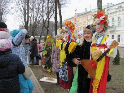На гуляньях в центре Смоленска выбрали лучшую масленичную куклу